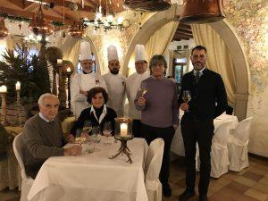 Il giornalista Renato Malaman con la famiglia Tasinato e gli chef