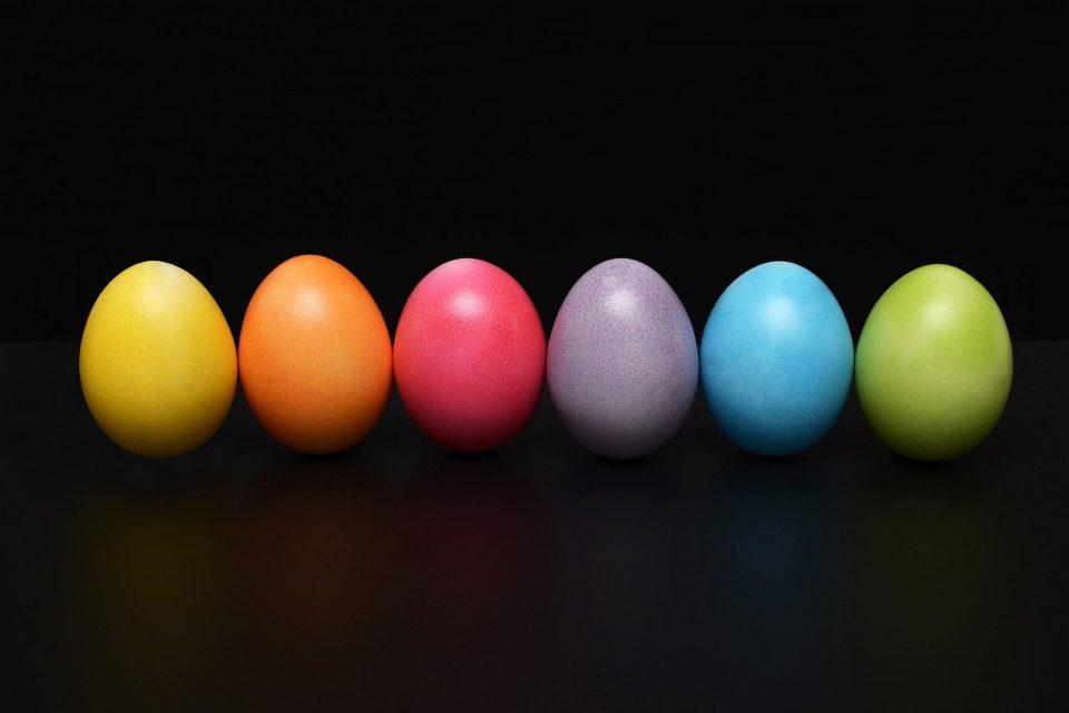 L'uovo è nato prima della gallina, e poi è diventato simbolo colorato